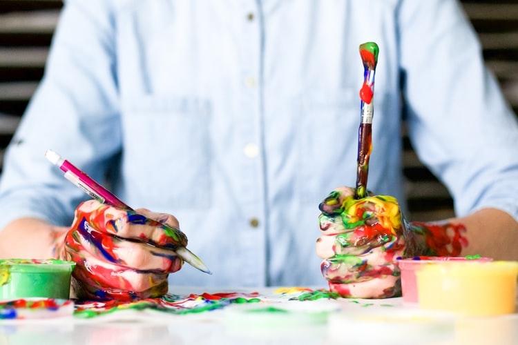 A kézzel való festés egy meditatív jellegű festési technika, ami felnőttek és gyerekek számára egyaránt remek kikapcsolódást jelent.