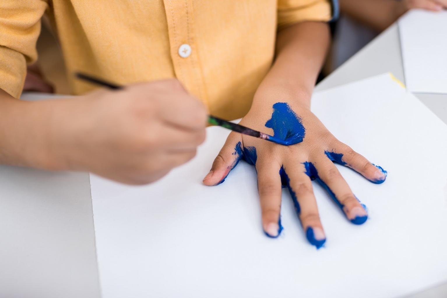 A DIY festés egyik legegyszerűbb, mégis szívet melengető példája, ha szó szerint kézzel készítünk egy festményt.