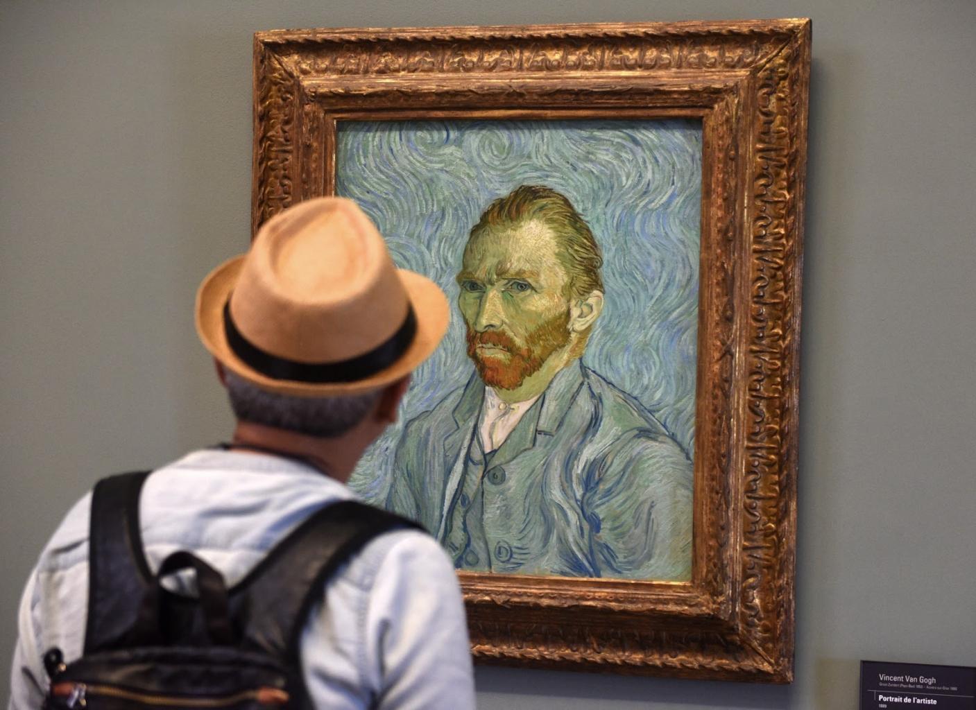 Pointillizmus - Van Gogh pointillista önarcképét néző férfi