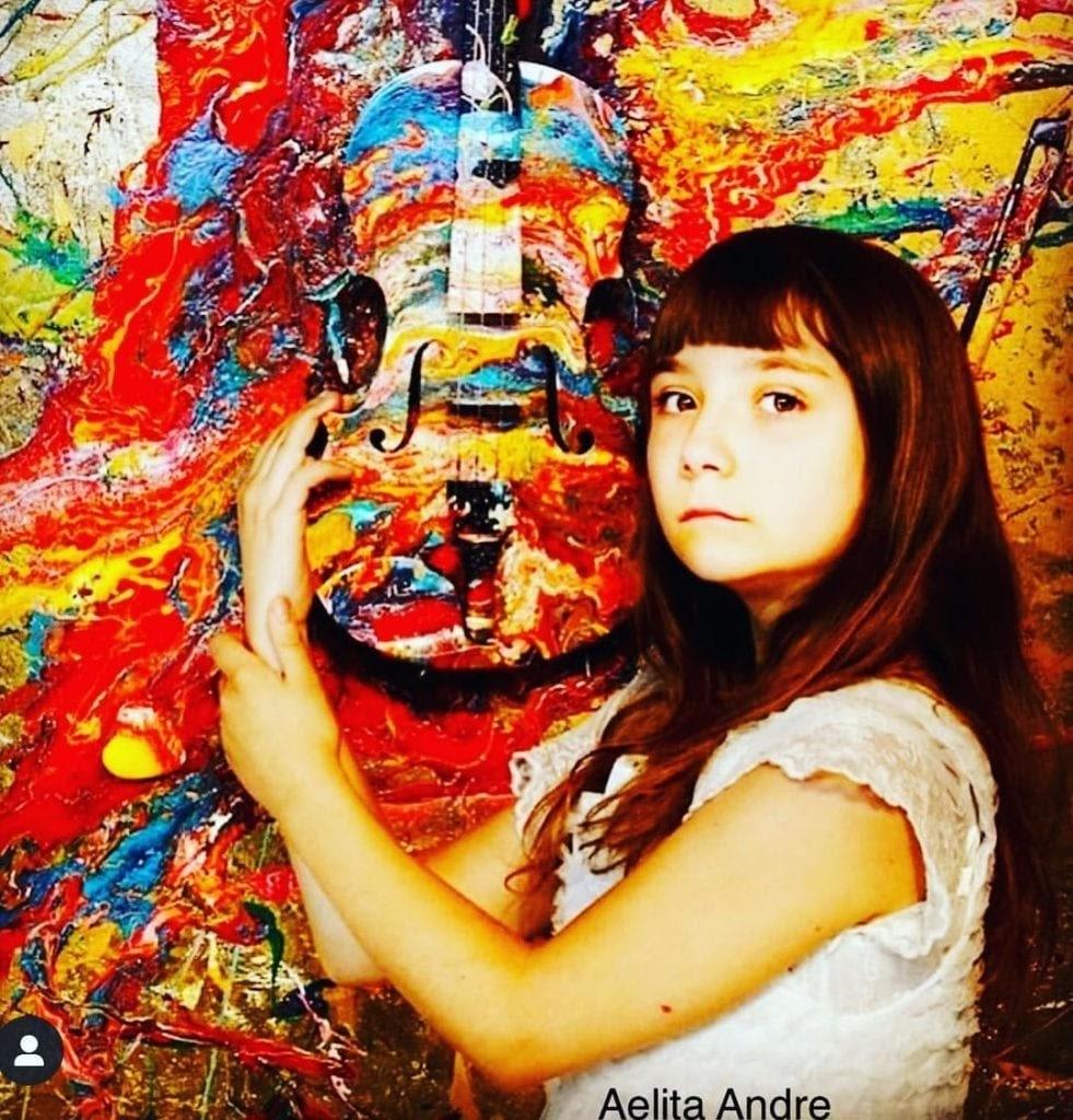Aelita Andre  festménye előtt