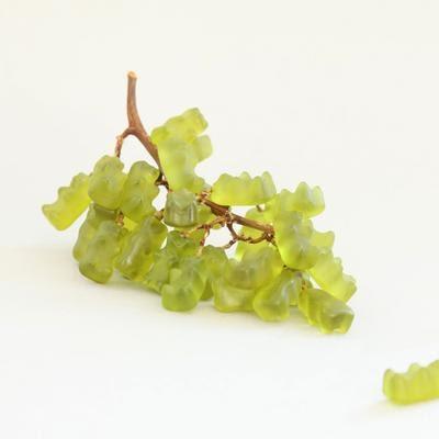 zöld gumimacik szőlőfürtön